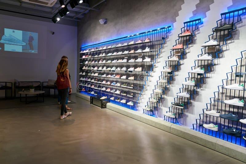 Adidas speichern stockfoto