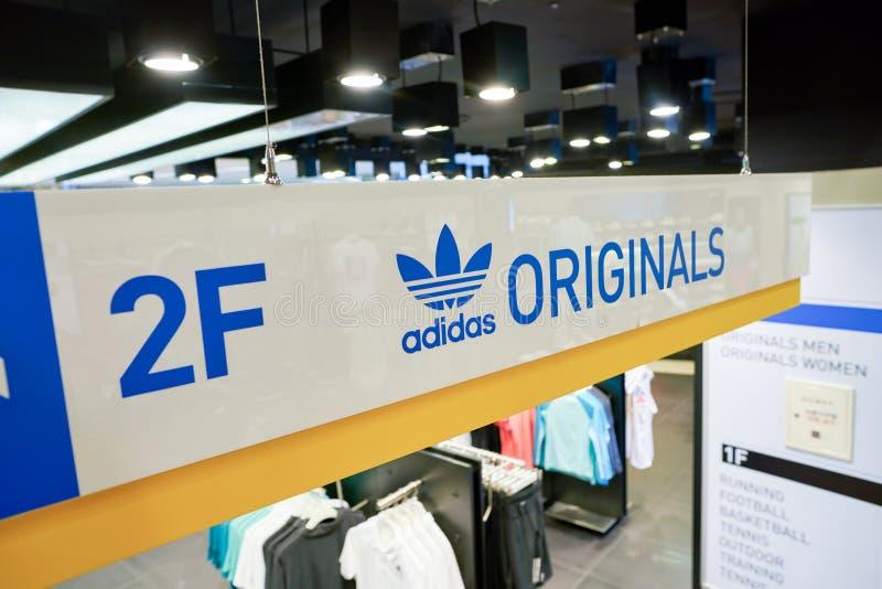 Adidas speichern stockfotografie