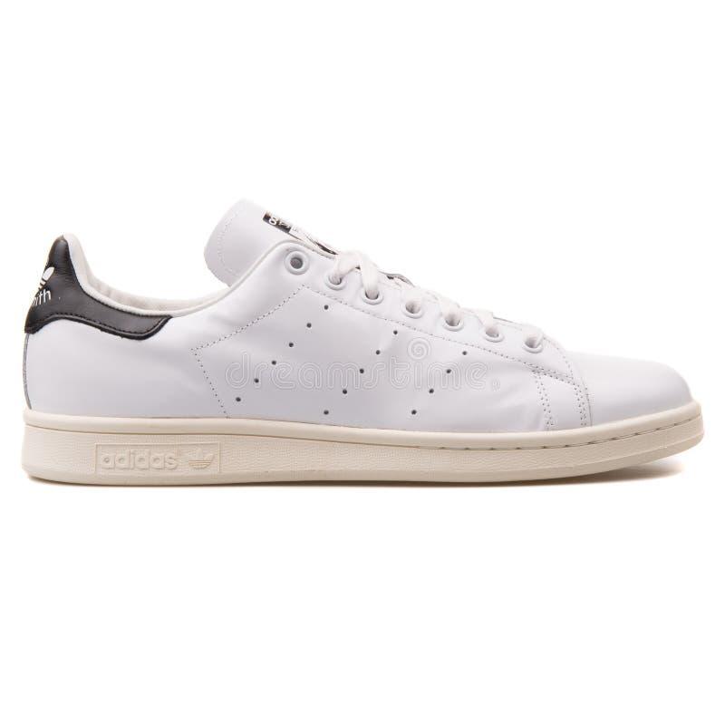 Adidas Stan Smith weißer und schwarzer Turnschuh lizenzfreie stockfotos