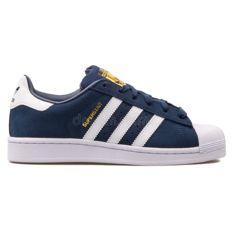 Adidas-Superstarmarineblauturnschuh stockfotografie