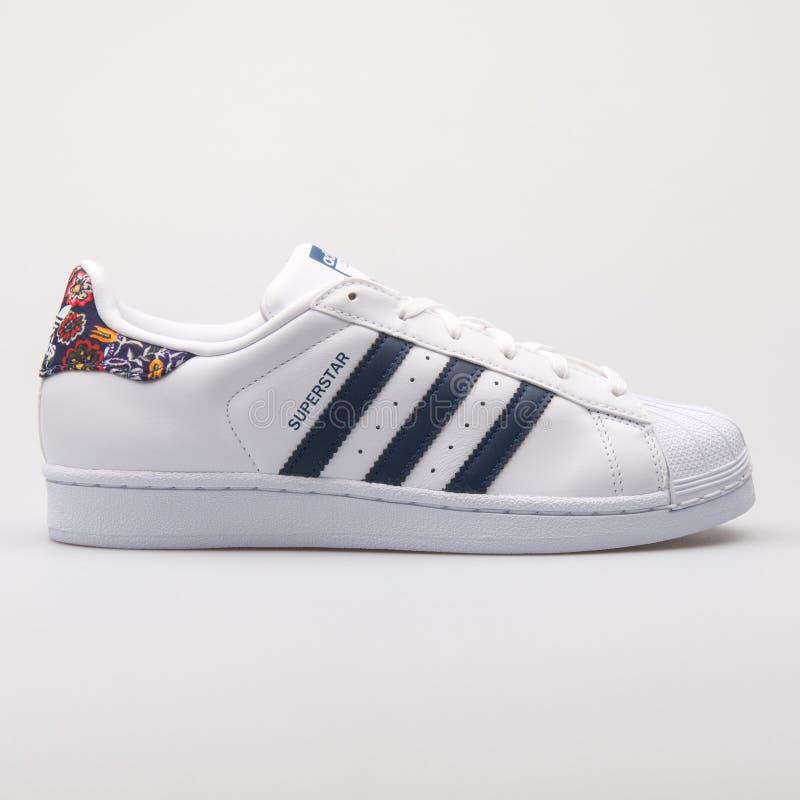 Adidas-Superstarweißer und Blumenturnschuh stockfoto