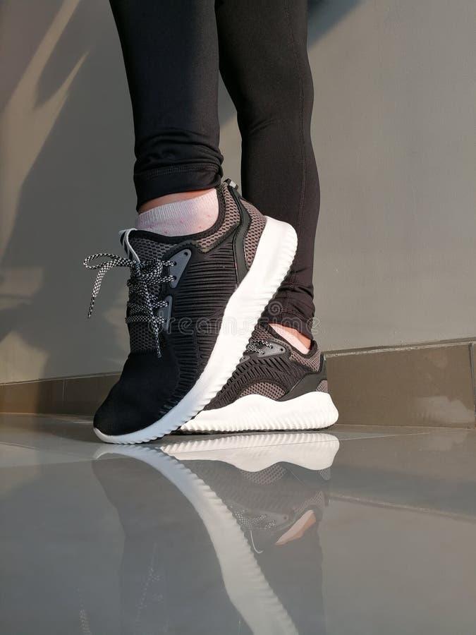 Adidas Woman& x27; instructores de s foto de archivo libre de regalías