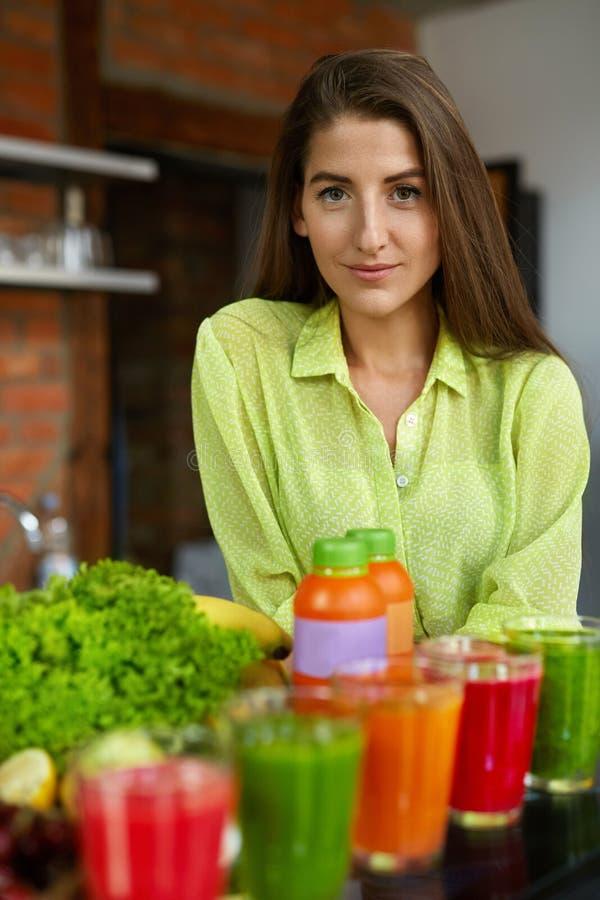Adiete la nutrición Mujer con Juice Smoothie In Kitchen fresco imagen de archivo libre de regalías