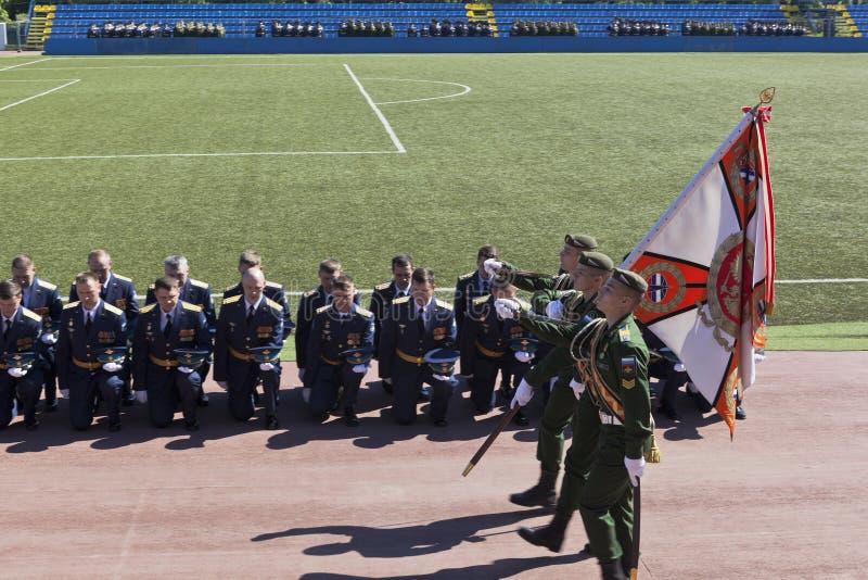 Adieu à la bannière des diplômés de l'académie d'espace militaire baptisée du nom d'Alexander Fedorovich Mozhaisky photos libres de droits
