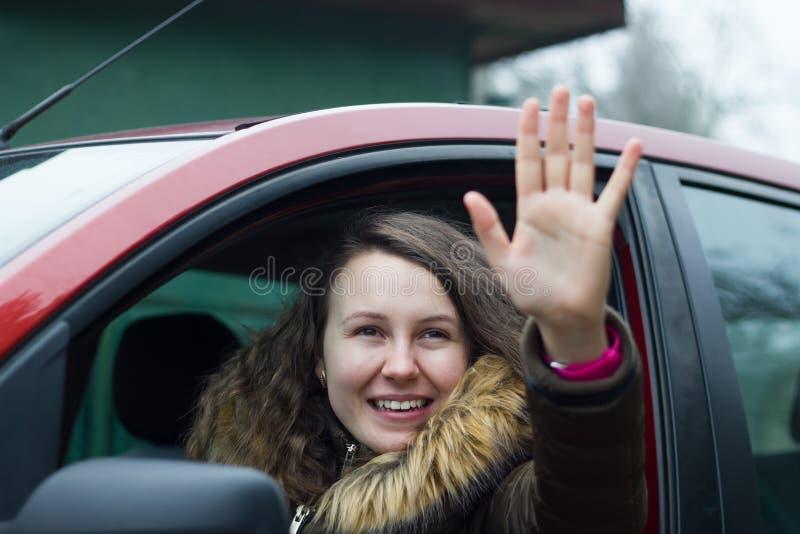 Adieux de fille assez jeune de sa maison ; gesticulent le goodb images libres de droits