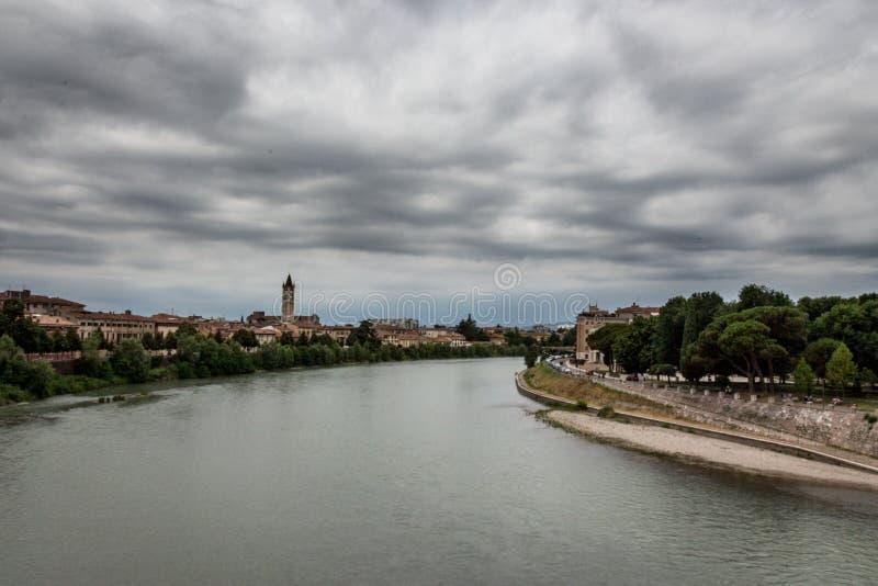 Adige rzeki krajobraz od Castelvecchio mosta fotografia royalty free