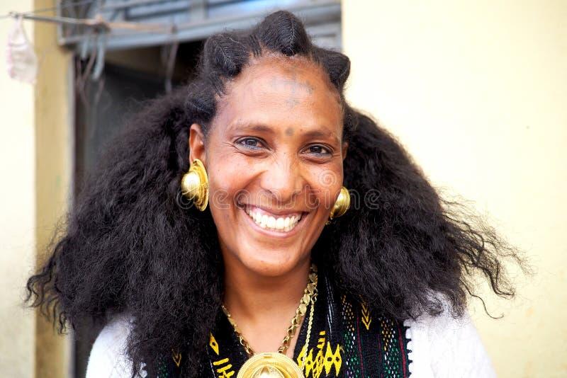 Adigrat Etiopien - 6 Juni 2019: EtiopierIrob kvinna i traditionell klänning, med guld- earings och halsbandet royaltyfria bilder