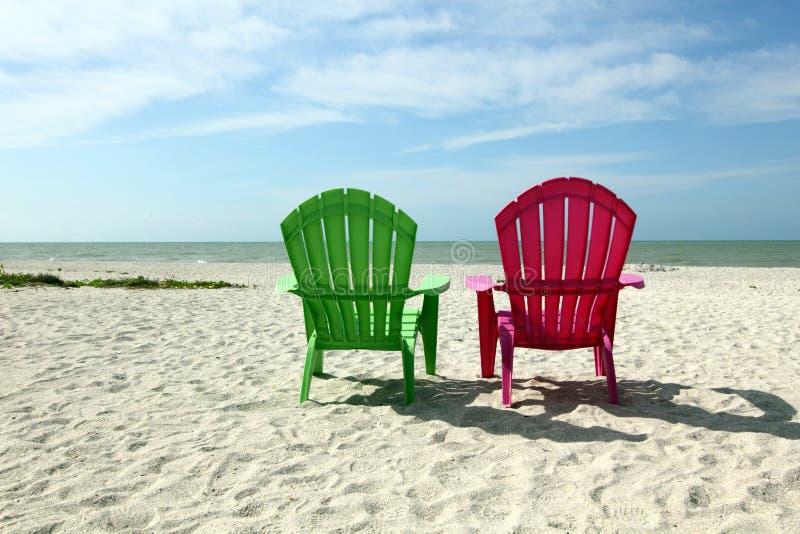 Adirondack strandstolar med havsikt royaltyfri fotografi