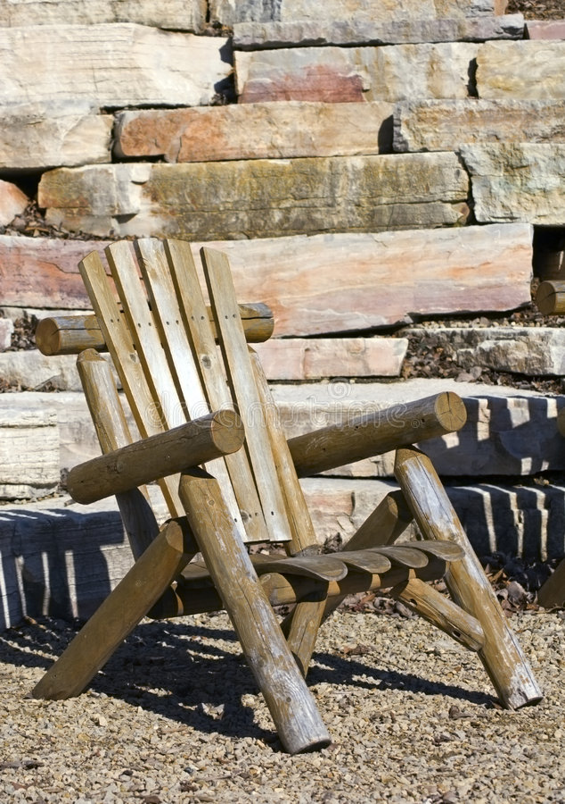 Adirondack Stuhl mit Felsen-Wand-Hintergrund stockbild