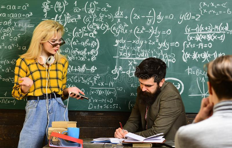 Adiunkci wypełniają różnego rola niż nauczycieli i rodzice Nauczyciel reputacja jest złocista tylna szkoły Uniwersytecki studiowa zdjęcie stock