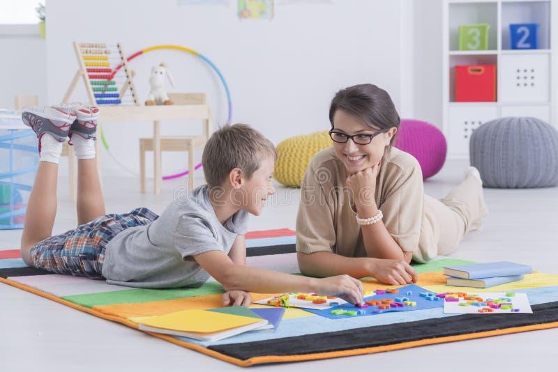 Adiunkt i dziecko uczy się wpólnie zdjęcia royalty free