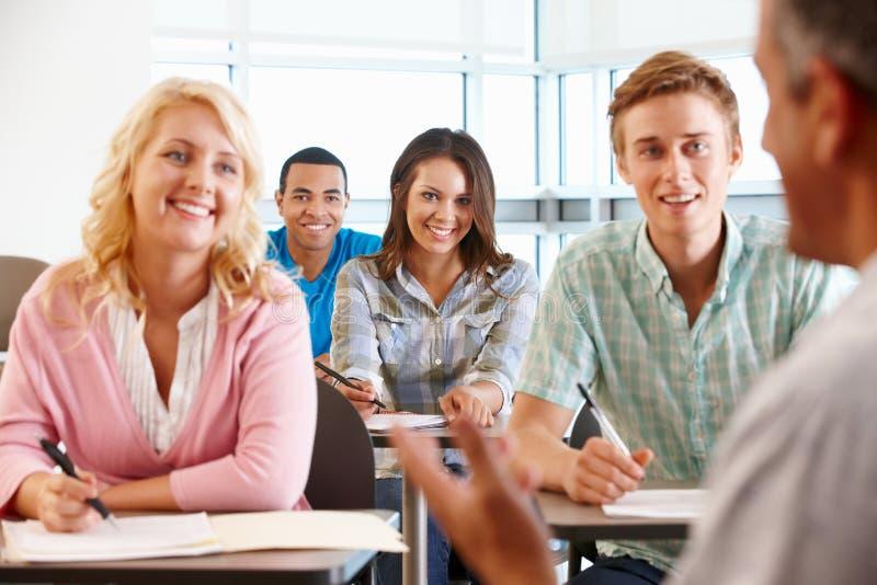 Adiunkta nauczania klasa ucznie zdjęcia royalty free