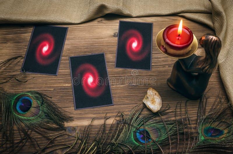 Adivino Tarjetas de Tarot divination fotografía de archivo