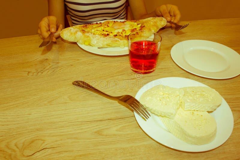 Adjarian Khachapuri - tarte géorgien de fromage avec l'oeuf photo stock