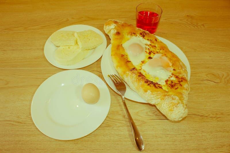 Adjarian Khachapuri - tarte géorgien de fromage avec l'oeuf images stock