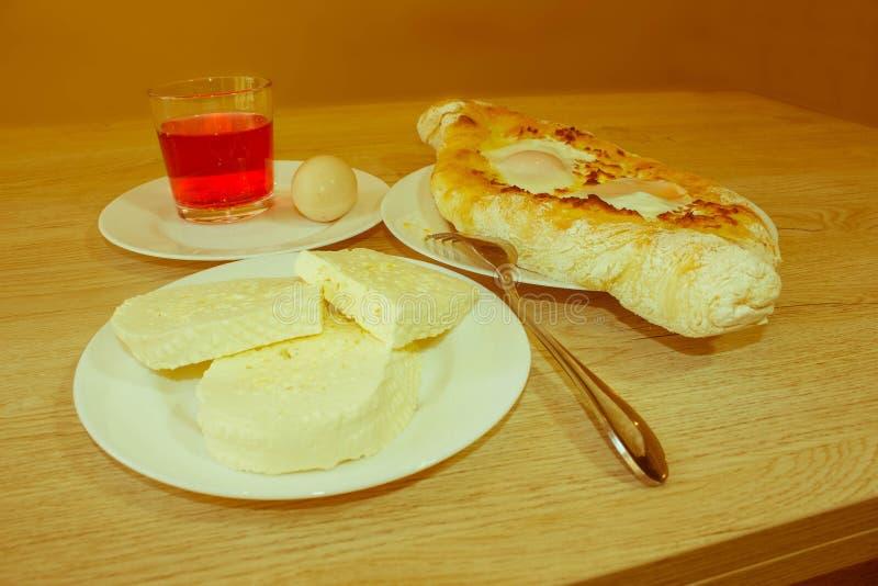 Adjarian, pain national géorgien de Khachapuri de plat avec du fromage photo libre de droits