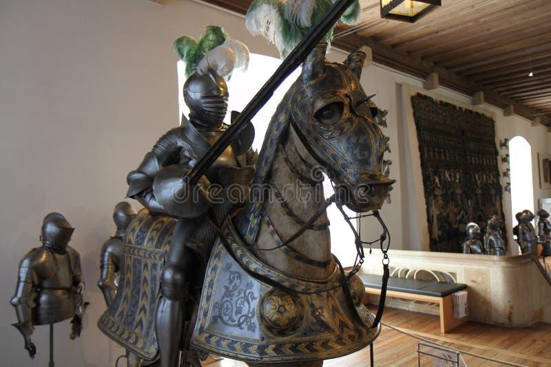 Adla harnesken en jousting lance- och hästharnesk arkivbild