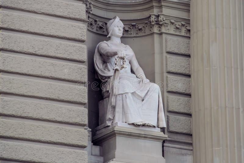 Adla Sculpture med ett svärdsammanträde på biskopsstolen fotografering för bildbyråer