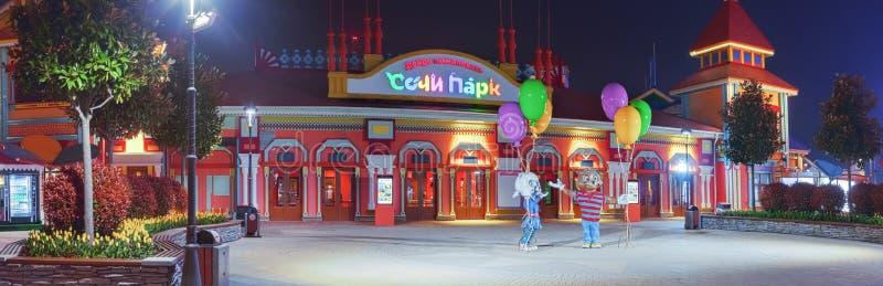 ADLER, RUSLAND - Maart 23, 2018: Nacht in het Park van Sotchi stock foto