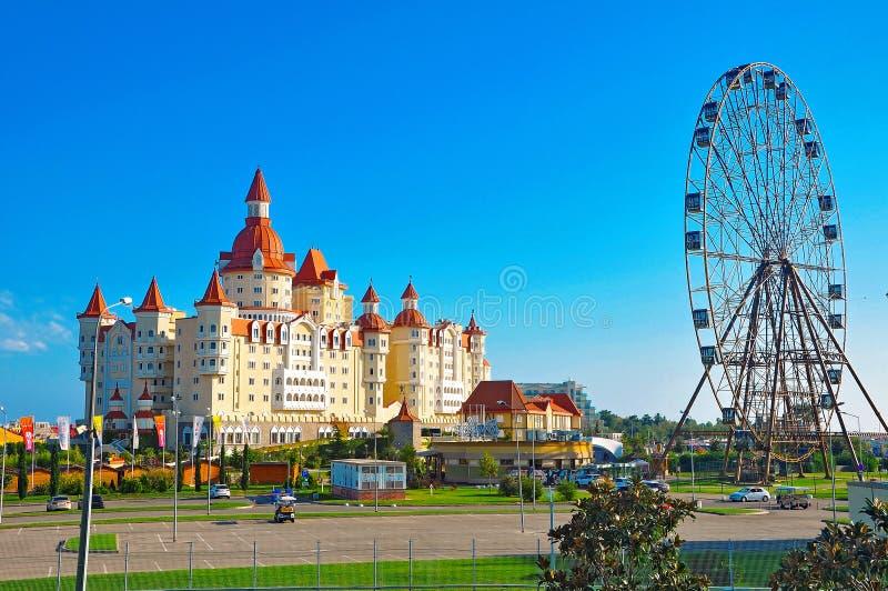 Adler, Russland - 2. Oktober 2018 - Hotel im Stil des mittelalterlichen Schlosses Bogatyr in Sochi-Park stockfotografie