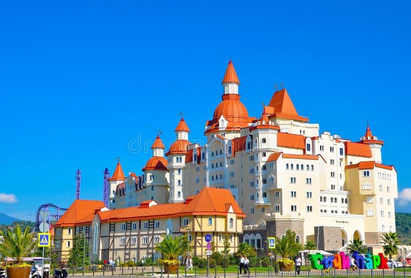 Adler Ryssland - Oktober 2, 2018-Hotel i stilen av den medeltida slotten Bogatyr i Sochi parkerar royaltyfri fotografi
