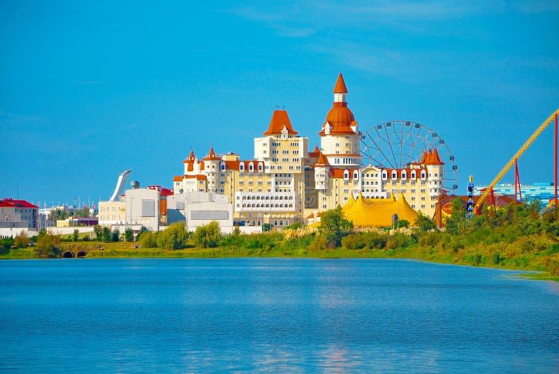 Adler Ryssland - Oktober 2, 2018-Hotel i stilen av den medeltida slotten Bogatyr i Sochi parkerar arkivfoto