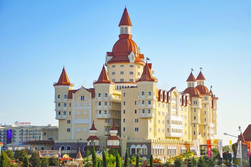 Adler Ryssland - Oktober 2, 2018-Hotel i stilen av den medeltida slotten Bogatyr i Sochi parkerar royaltyfria foton