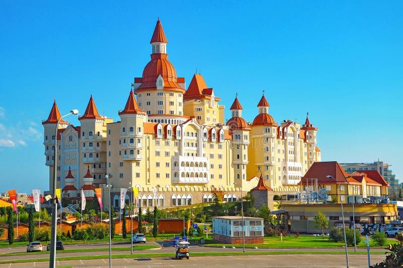 Adler Ryssland - Oktober 2, 2018-Hotel i stilen av den medeltida slotten Bogatyr i Sochi parkerar royaltyfria bilder