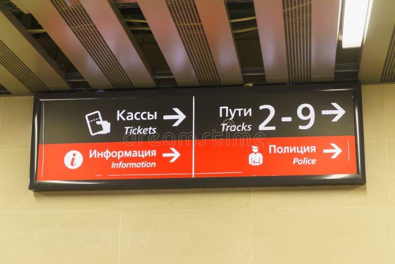 Adler, Sochi, Rússia - podem 05, 2019: Ponteiro no russo e no inglês na estação de trem imagens de stock