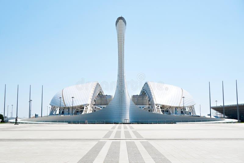 ADLER, SOCHI ROSJA, Kwiecie?, - 26, 2019: Fisht pochodnia przy Sochi Olimpijskim parkiem i stadium obraz royalty free