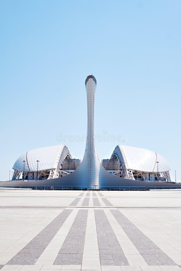 ADLER, SOCHI ROSJA, Kwiecie?, - 26, 2019: Fisht pochodnia przy Sochi Olimpijskim parkiem i stadium zdjęcie royalty free