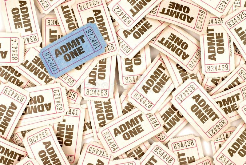 Admettez un fond de billet de cinéma avec un billet bleu unique photographie stock libre de droits
