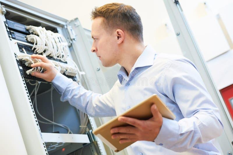 Admin μηχανικών δικτύων στο κέντρο δεδομένων στοκ φωτογραφία