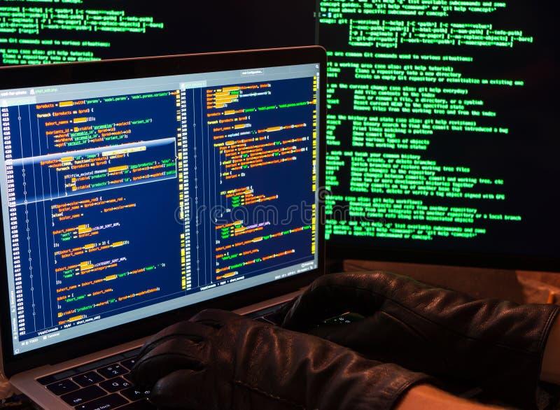 Рубить базы данных с доступом admin Взгляд со стороны рук хакера в перчатках печатая злой код Похищение пароля рубя брандмауэр стоковое фото