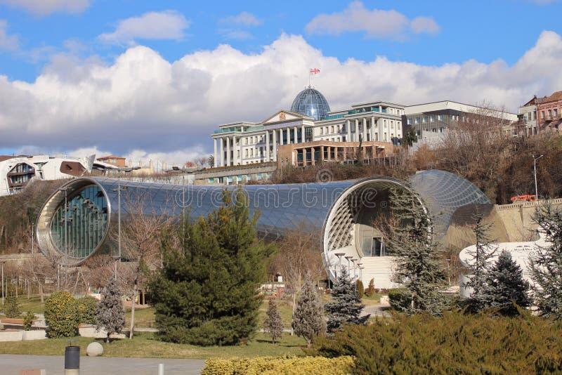 A administração presidencial de Geórgia e o centro cultural em Tbilisi no inverno fotografia de stock