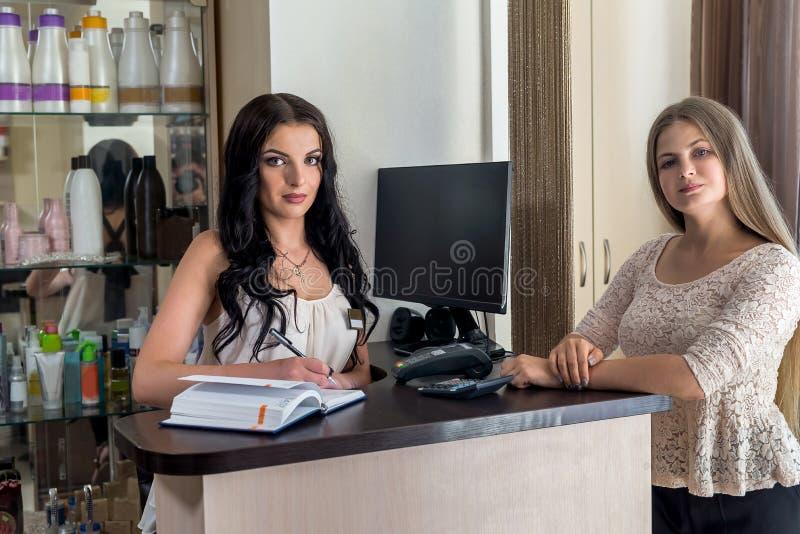 Administracja salonu prowadzi rejestrację klienta obraz royalty free