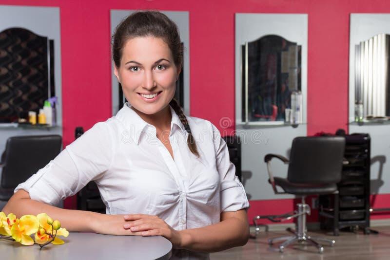Administrador de sexo femenino joven del salón de belleza imagenes de archivo