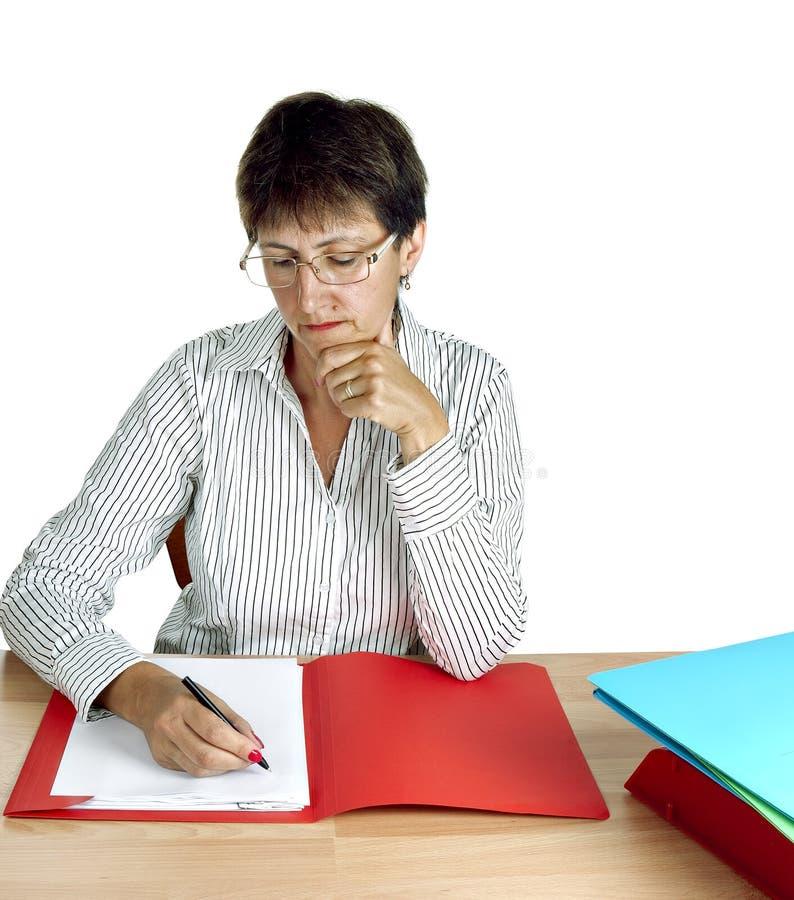 Administrador de una más vieja mujer en el escritorio imágenes de archivo libres de regalías