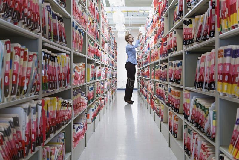 Administrador em arquivos do hospital fotos de stock