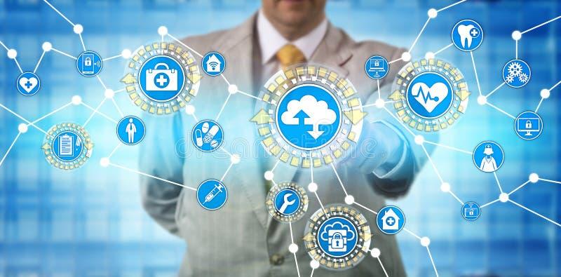 Administrador Exchanging Data Via SaaS dos cuidados médicos foto de stock