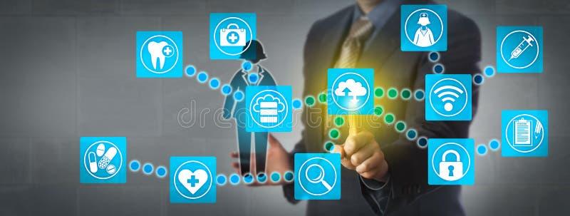 Administrador Transferring Patient Data através da nuvem imagens de stock