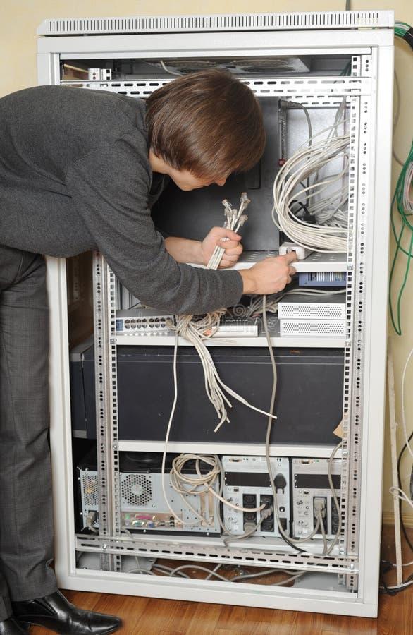 administratör nära serversystem arkivfoto