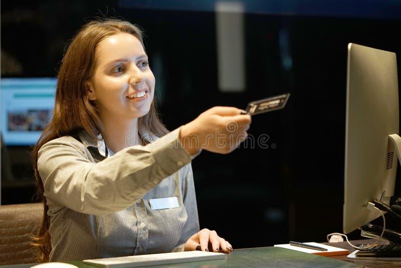 Administratören ger ut tangenterna till gästerna av hotellet royaltyfri foto