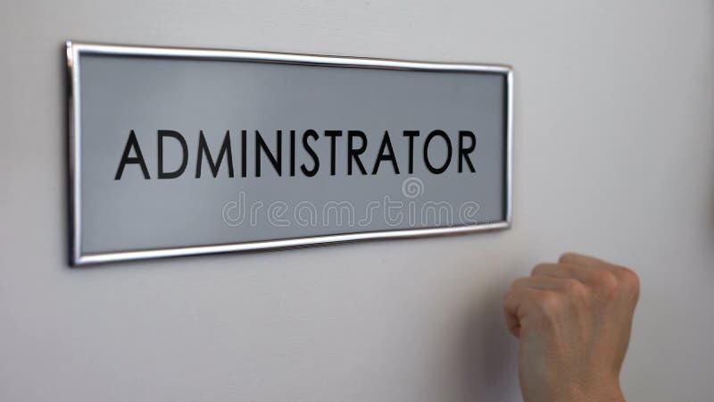 Administratörkontorsdörr, arbetarhand som knackar, företags etik, byråkrati arkivbilder