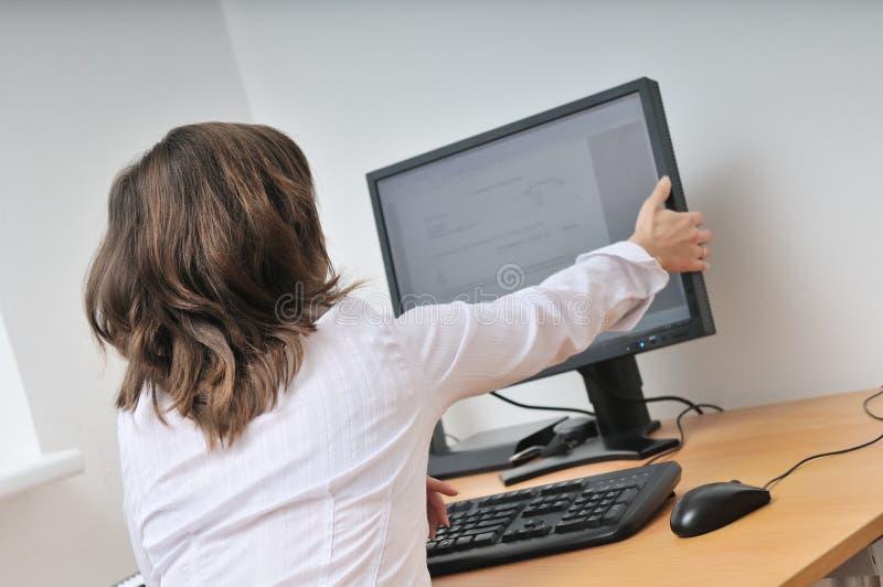 Administratieve arbeider bij computer stock foto