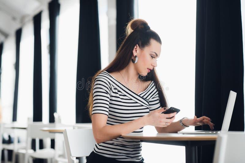 Administratieve manager die van restaurantzaken op telefoon met cliënten over banketorde spreken en alle details schrijven royalty-vrije stock foto
