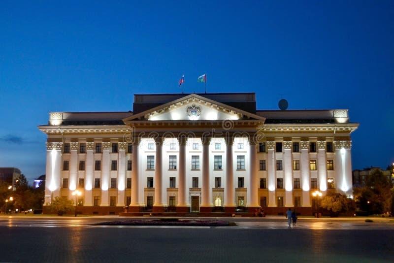Administration av den Tyumen regionen i nattetidbelysning royaltyfria bilder