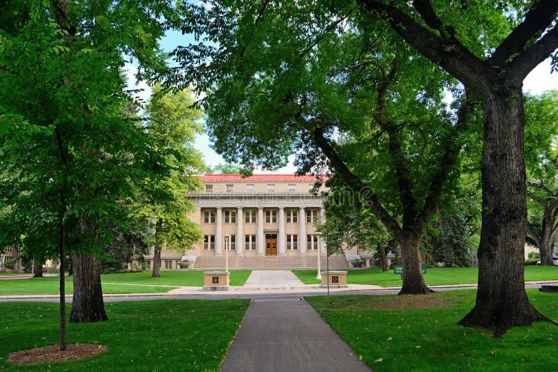 Administrativ byggnad för Colorado delstatsuniversitet i fortet Collin arkivfoto