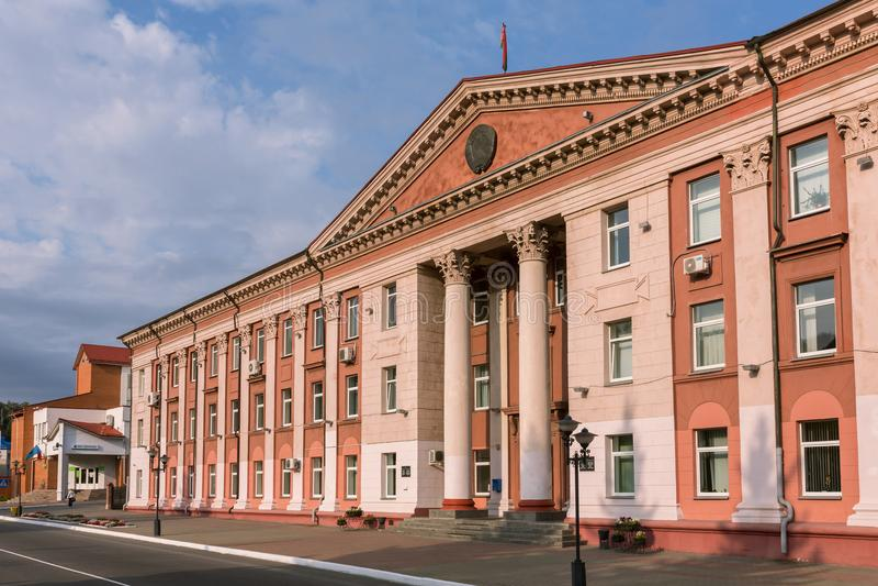 Administrativ byggnad för gammal sovjetisk arkitektur i Mozyr, sydliga Vitryssland royaltyfri foto