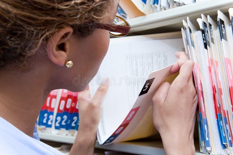 Administrator patrzeje książeczkę zdrowia zdjęcie royalty free